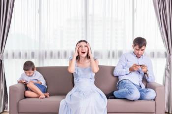 Kumpul Keluarga Sibuk Main HP, Waspada Dampak Phubbing