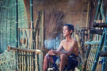Penyebab Kemiskinan: Bukan Listrik & Bensin, tapi Rokok