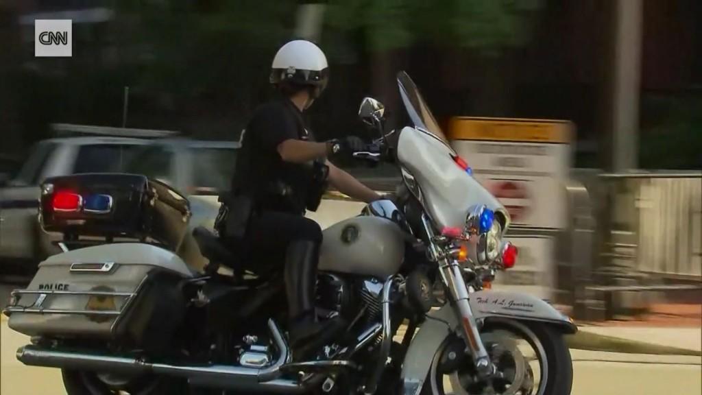 Alta Gunawan saat bertugas melakukan pengawalan dengan sepeda motor. (cnn.com)