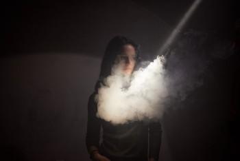 Cerita Perempuan Merokok: Stigma Anak Nakal, Dipaksa Tahu Diri