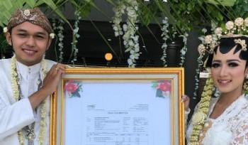 R.M. Zaga Raditya Kusuma Prabu, memberikan mas kawin berupa saham saat menikahnya pujaan hatinya, Bellawati Dityasari, Jumat (23/8/2019). (istimewa)