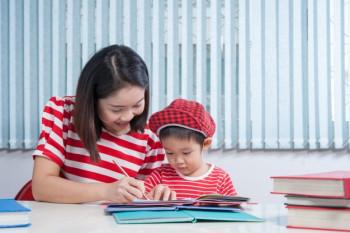Orang tua sebaiknya mendampingi anak saat mengerjakan PR (ilustrasi/freepik)