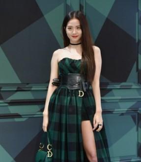 Jisoo Blackpink saat menghadiri pembukaan pop up store Dior di Seoul, Senin (19/8/2019). (blackpink updates)