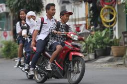 Remaja Cedera: Iseng di Sekolah Sampai Tumbal Jalan Raya