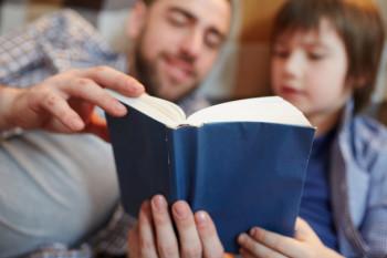 Membacakan dongeng salah satu cara menanamkan pesan moral pada anak (freepik)