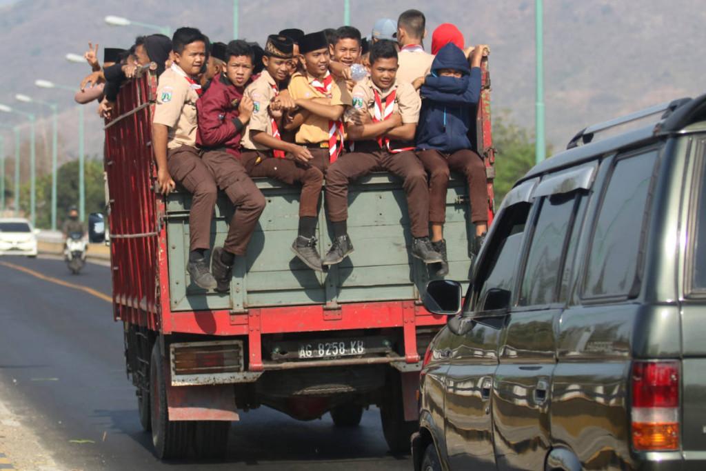 Truk mengangkut pelajar