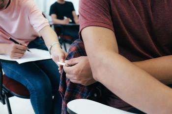 Mahasiswa Menyontek: Kode Tangan sampai Tak Jamin Nilai Bagus
