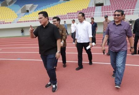 Pengusaha Erick Thohir (depan) didampingi rombongan mengunjungi Stadion Manahan, Solo, Sabtu (21/9/2019). (Sunaryo Haryo Bayu/Solopos)