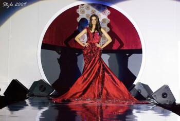 Gaun termahal di dunia dipegang oleh Nightingale karya perancang busana Faiyzali Abdullah asal Malaysia (littlecreatureme).