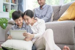 Drone Parenting, Pola Asuh Anak Bermula dari Ibu Milenial Kepo