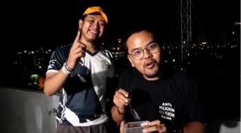 Tretan Muslim dan Choki Pardede saat memasak daging babi saus kurma. (Istimewa/Youtube)