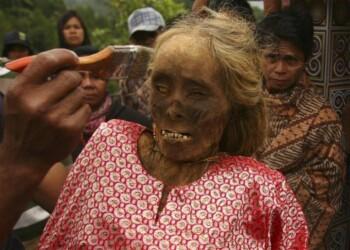 Ma'nene: Ritual Adat Mengganti Pakaian Mayat