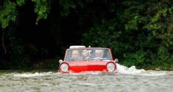 Santuy Terjang Banjir Pakai Mobil Klasik Ini