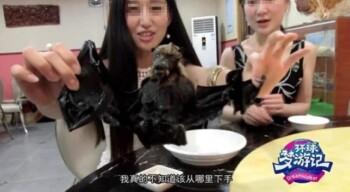 Video streamer asal China memperlihatkan kuliner ekstrem di Wuhan. (Istimewa/Weibo)