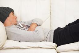 Jangan Jadi Kentang Sofa, Ini 8 Efek Negatif Duduk Terlalu Lama