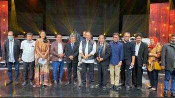Ketua MPR Bambang Soesatyo (tengah) bersama pejabat lain saat konser amal bertajuk Berbagi Kasih Bersama Bimbo, Bersatu Melawan Corona. (suara.com)