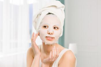 Ilustrasi wanita menggunakan sheet mask atau masker wajah. (Freepik)