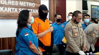 Dwi Sasono mengenakan pakaian tahanan saat memberikan keterangan pers, Senin (1/6/2020). (detik)