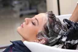 Hati-Hati, 8 Kesalahan Saat Keramas Ini Bikin Rambut Rusak