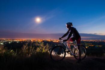 Punya Sensasi Tersendiri, Ini 6 Tips Aman Bersepeda di Malam Hari