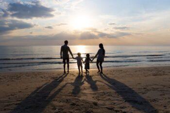 Melihat keindahan langit dapat dilakukan sendiri atau bersama keluarga (ilustrasi Freepik)