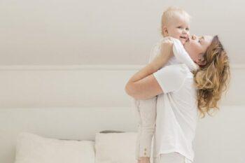 Terlalu Sering Dipeluk Orang Tua, Benarkah Bikin Anak Manja?