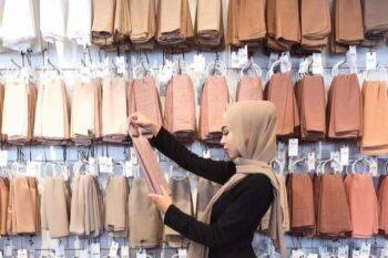 Bikin Wajah Cerah Memesona, 10 Warna Jilbab Ini Bisa Kalian Coba