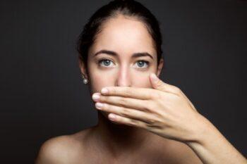 Kurang minum bisa picu bau mulut (ilustrasi freepik)