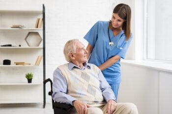 ilustrasi lansia dan dokter (Freepik)