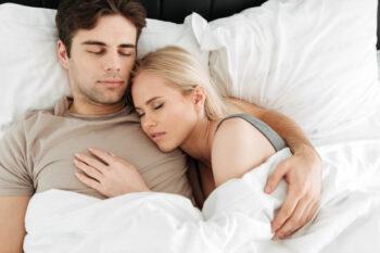 5 Posisi Tidur Ini Ungkap Hubungan dengan Pasangan, Cek Yuk