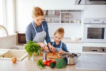 Lakukan hal menyenangkan bersama anggota keluarga misalnya memasak (ilustrasi Freepik)