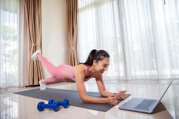 Memperkuat core merupakan salah satu olahraga bagi usia 40 tahun ke atas (ilustrasi Freepik)