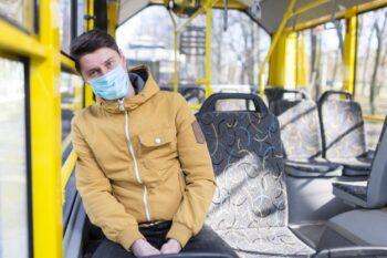 Sebisa mungkin hindari memakai kendaraan umum saat bepergian (ilustrasi Freepik)