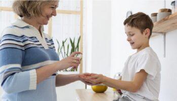 Bersihkan Tangan Anak Pakai Hand Sanitizer, Boleh Enggak ya?