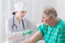 Lansiadengan Penyakit Ini Wajib Periksa Dulu Sebelum Suntik Vaksin Covid-19