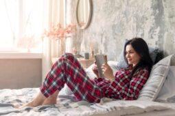 Hobi Membaca Buku Sebelum Tidur? Ternyata Banyak Manfaatnya Loh