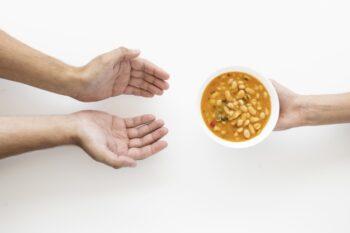 Ilustrasi membawakan sop untuk teman yang sedang sakit (Freepik)