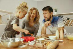 6 Manfaat Memasak Bersama Anak, Salah Satunya Bikin Anak Kreatif