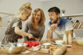 Ilustrasi memasak bersama anak (Freepik)