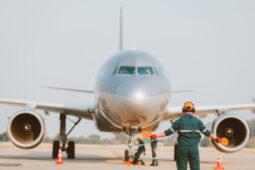 Wah Ada Juru Parkir Pesawat, Penghasilannya Berapa Ya?