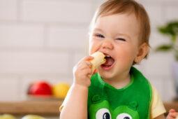 Ini Cara Membiasakan Anak Ngemil Camilan Sehat