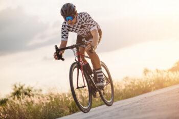 Bersepeda merupakan salah satu aktivitas fisik yang bermanfaat untuk kesehatan (ilustrasi Freepik)