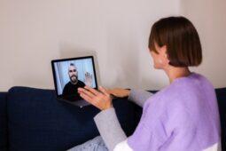 Cara Memuaskan Suami Saat LDR, Simpel Kok!